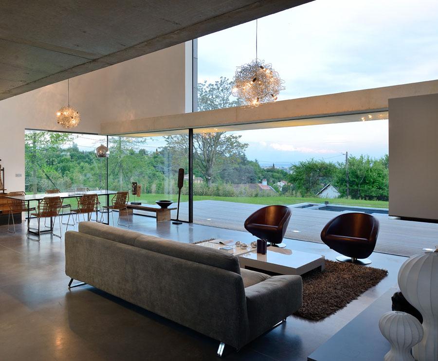 Maison en beton blanc, conçue par un architecte à Annecy