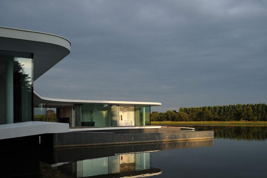 Architecte maison contemporaine lyon sur l'eau en beton brut white snake house