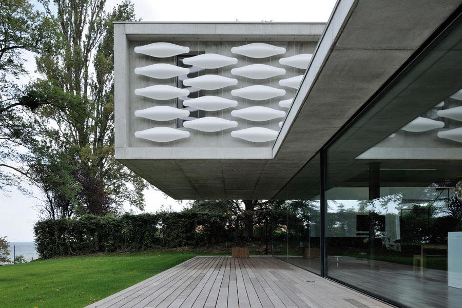 Architecture contemporaine grands vitrages maison au bord du lac leman a evian les bains haute savoie