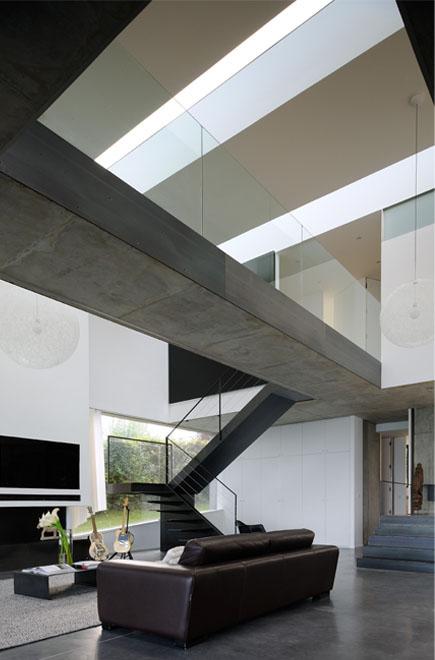 Architecture minimaliste acier brut maison au bord du lac leman haute savoie