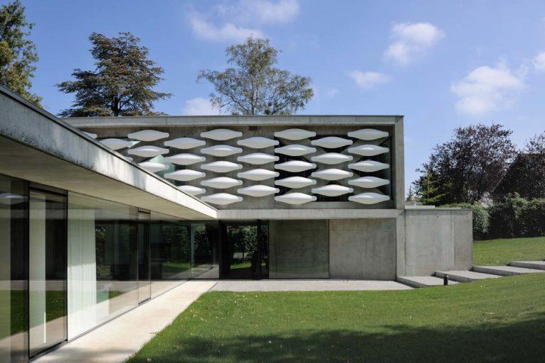 maison contemporaine en beton brut sur le lac leman