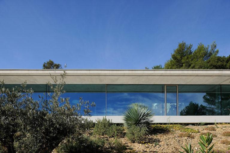 maison-mira-ra -01-aum-minassian-architectes-architecture-maison-contemporaine-materiaux-beton-acier-brut-sud -france (21)