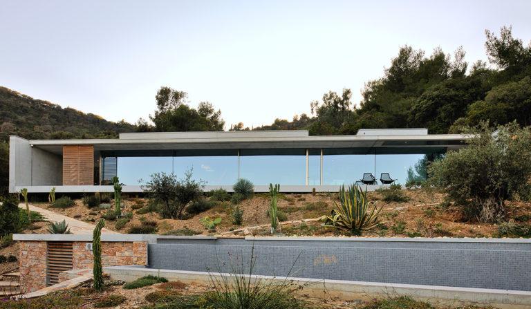 maison-mira-ra -01-aum-minassian-architectes-architecture-maison-contemporaine-materiaux-beton-acier-brut-sud -france (3)