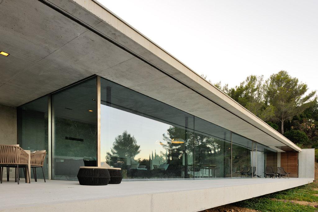maison-mira-ra -01-aum-minassian-architectes-architecture-maison-contemporaine-materiaux-beton-acier-brut-sud -france (4)